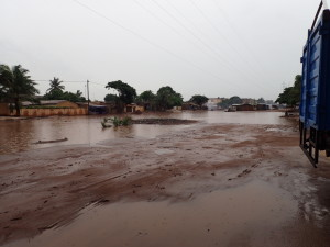 Die Straße bei Pauline nach dem Regen